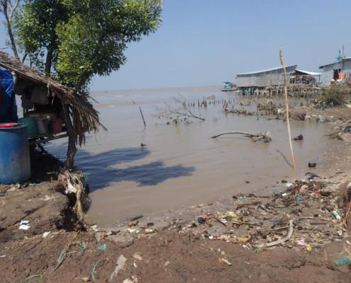Durch Küstenerosion gefährdete Bebauungen an der Südwestküste des Mekong-Deltas, Vietnam (Foto: W. Gonzalez Otero)